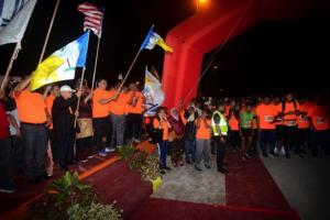 2,500 Sertai Larian Dengan Berpakaian Tradisional Di Jambatan
