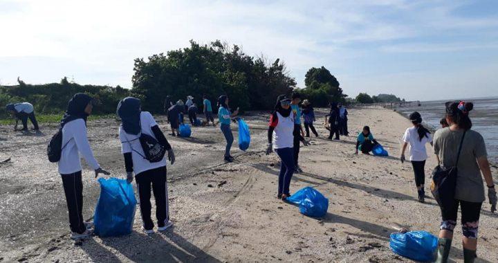 Sukarelawan Mercy Bantu Bersih Pantai Jeram